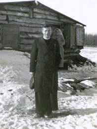 P. Parent devant le shack